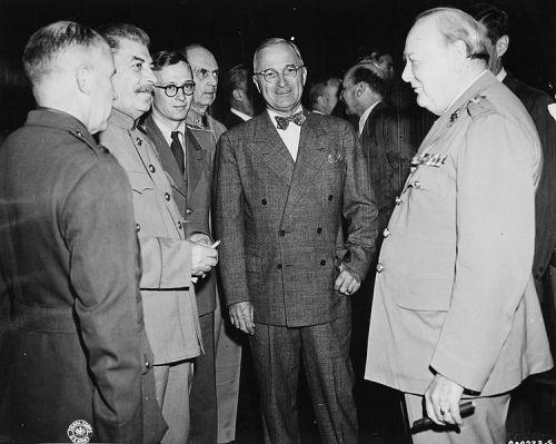 750px-Bundesarchiv_Bild_183-29645-0001,_Potsdamer_Konferenz,_Stalin,_Truman,_Churchill